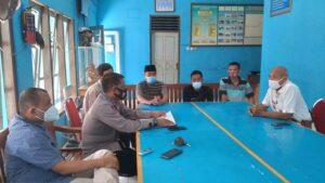 Pengurus kapal dan perwakilan keluarga korban bertemu dengan petugas Satpolair Polres Rembang. (Foto atas) Jenazah Mujiman dibawa dengan perahu kecil, agar bisa bersandar ke dermaga Pelabuhan Tasikagung, Rembang, Rabu siang (13/01).