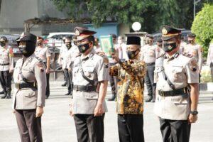 Kompol Sri Iriyanti, AKP Martoyo dan Iptu Arif Kristiawan. (Foto atas) Kapolres Rembang, AKBP Kurniawan Tandi Rongre mengucapkan selamat kepada anggotanya yang naik pangkat.