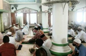 Umat di Masjid Sumber sedang mendengarkan khutbah Jum'at.
