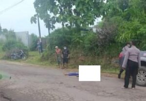 Korban kecelakaan lalu lintas yang meninggal dunia di jalur Pamotan – Sedan. Polisi kemudian menggelar olah TKP, Jum'at (15/01).