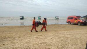 Tim SAR menyiapkan sarana pra sarana, untuk mencari nelayan hilang di sebelah utara Pantai Karangjahe, Rembang, Senin (11/01).