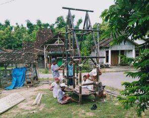 Warga sekitar destinasi wisata Pasar Mbrumbung Desa Banggi Kecamatan Kaliori menggelar kerja bakti, mengisi waktu di sela-sela libur karena PPKM.