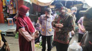 Kepala Dinindagkop Dan UKM, Akhsanudin (tengah) mendampingi Bupati Rembang, saat memantau Pasar Lasem.