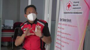 Suparwi, Sekretaris PMI Kabupaten Rembang. (Foto atas) Kesibukan petugas unit transfusi darah (UTD) PMI Rembang, Senin.