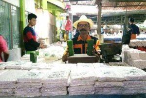 Bambang Sumantri, pembuat tempe dan tahu menjajakan barang dagangannya di Pasar Rembang.