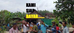 Petani di Dusun Ngampel, Desa Karas Kecamatan Sedan memprotes sulitnya mendapatkan pupuk subsidi, hari Kamis (07/01).