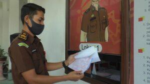 Pegawai Kejaksaan Negeri Rembang di loket pelayanan tilang. (Foto atas) Selebaran berisi aplikasi online untuk mengurus pengambilan barang bukti tilang.