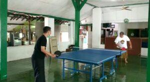 Wakil Bupati Rembang yang baru dilantik, Mochamad Hanies Cholil Barro' (kaos putih) saat main tenis meja. (Foto atas) Bupati Rembang, Abdul Hafidz mengenakan sepatu di rumah pribadinya di Desa Pamotan, Kecamatan Pamotan.