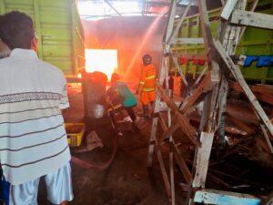 Kebakaran terjadi di gudang pembuatan bak truk milik KM Putra, Minggu sore (28/02).