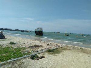 Suasana pinggir Pantai Desa Kebloran, Kecamatan Kragan. Tampak perahu karet BPBD sudah tiba di Desa Kebloran, Senin (22/03).