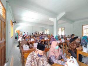 Pertemuan di Gedung Balai Avicena Lasem. (Foto atas) Suasana ruang kelas sebuah SD yang lama tidak terpakai.