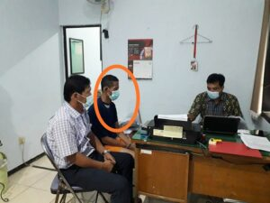 Tersangka pelaku, Sumani menjalani pemeriksaan di Mapolres Rembang, belum lama ini.