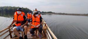 Menyusuri Waduk Tempuran, Blora dengan naik perahu rambangan.