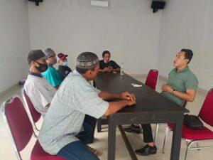 Keluarga korban, Durrohim menemui kuasa hukumnya, Nang Engki Anom Suseno.