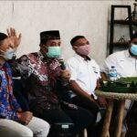 Bupati Rembang, Abdul Hafidz (berpeci) memaparkan program Pemkab, saat bertemu pelaku UMKM di Rumah BUMN.