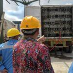 Pengisian gas yang diambil dari Sumur RGT 2 Desa Krikilan, Kecamatan Sumber ke dalam truk kontainer.