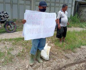Aksi warga Desa Sumber, Kecamatan Sumber menggelar demo, sekaligus memperbaiki jalan rusak, Selasa (06 April 2021).