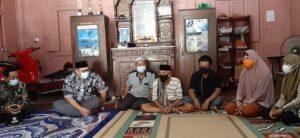 Wakil Bupati Rembang, Mochamad Hanies Cholil Barro' saat berada di rumah orang tua Letda Munawir. (Foto atas) Wakil Bupati di rumah orang tua Serda Dwi Nugroho, Selasa (27/04).