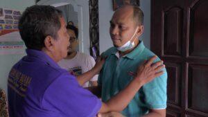 Sudiyanto, sering memintakan maaf anaknya, Serda Dwi Nugroho Yogianto tiap kali ada warga datang ke rumahnya.