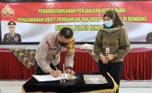 Kapolres Rembang, AKBP Kurniawan Tandi Rongre menandatangani kerja sama pengamanan obyek vital, Jum'at (30/04).