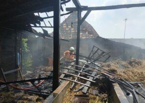 Petugas Damkar Pemkab Rembang memadamkan api di tumpukan jerami kering, ketika terjadi kebakaran di Desa Randuagung, Kecamatan Sumber, hari Jum'at (30/04).