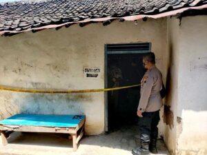 Kapolsek Lasem, Iptu Arif Kristiawan berada di TKP meninggalnya seorang pria di dalam warung Desa Dorokandang, Kecamatan Lasem, Selasa (20/04).