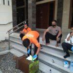 Petugas identifikasi Polres Rembang, Senin pagi (12/04) mengecek kotak amal Masjid Permata Iman yang menjadi sasaran pencurian.