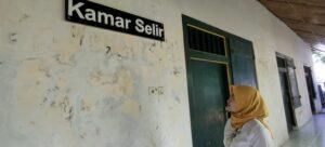 Deretan kamar isteri selir Bupati Rembang di sisi belakang timur pendopo. (Foto atas) Pengunjung Museum Kartini, Dona Tri Sukma menyampaikan pendapat soal poligami.