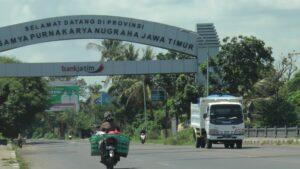Kendaraan keluar dari jalur Pantura wilayah Jawa Timur dan memasuki wilayah Jawa Tengah, tepatnya di Kecamatan Sarang, Kabupaten Rembang.