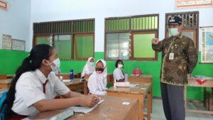 Bupati Rembang, Abdul Hafidz memantau pembelajaran tatap muka di SMP N I Sulang, Selasa (06 April 2021).