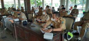 Camat dan perwakilan Kepala Desa mendengarkan paparan sosialisasi tentang pengisian perangkat desa di Pendopo Museum Kartini, Senin (12/04).