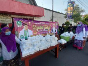Perempuan Bangsa PKB Kabupaten Rembang membagikan takjil di Jl. Kartini, pada Hari Kartini 21 April.