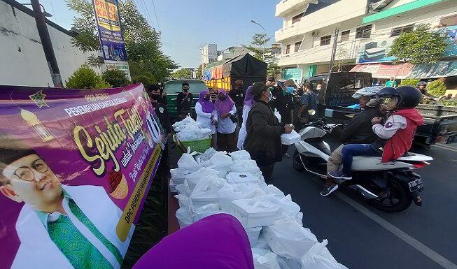 Gerakan Sejuta Takjil Perempuan Bangsa, Ringankan Beban Warga