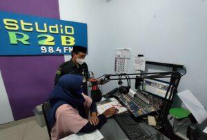 Pegawai Kemenag Rembang mencocokkan jam di studio R2B. (Foto atas) Pengecekan jam di Masjid Agung Rembang.