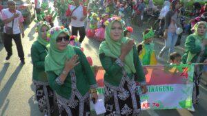 Guru-guru TK di Rembang saat mengawal anak didiknya ikut karnaval. (Foto diambil sebelum pandemi Covid-19).