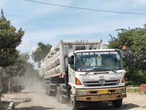 Sebuah truk pengangkut gas melintas di jalan Wiroto – Sumber, Minggu (04 April 2021).