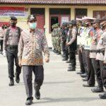 Bupati Rembang, Abdul Hafidz memeriksa pasukan yang mengamankan Operasi Ketupat Candi, sebelum dan sesudah Lebaran.