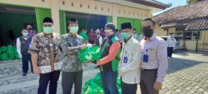 Bupati dan Wakil Bupati Rembang menyerahkan bantuan kepada warga, Selasa (11/05).