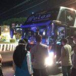 Bus diputar balik oleh aparat kepolisian, saat penyekatan kendaraan di Pos Pengamanan Lebaran, depan Kantor Bupati Rembang, Senin malam (10/05).