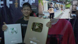 Dimas FP, youtuber yang tinggal di Tawangsari, Kelurahan Leteh, Rembang menunjukkan plakat silver dan gold play button dari Youtube.