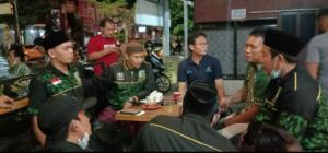 Pelaksana Tugas Ketua DPC PPP Kabupaten Rembang, Zaimul Umam (kaos biru) berdialog dengan pengurus GPK, Minggu malam (02/05).