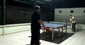 Wakil Bupati Rembang, Mochamad Hanies Cholil Barro' main tenis meja, dengan ajudannya.