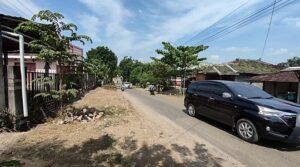 Iring-iringan mobil melintas di jalan Desa Sekarsari, Kecamatan Sumber, Kabupaten Rembang yang berbatasan dengan Desa Srikaton, Kecamatan Jaken, Pati.