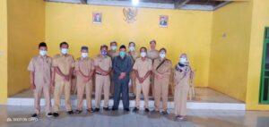 Ketua DPRD Rembang, Supadi dalam kunjungannya foto bareng dengan jajaran Pemerintah Desa Gandrirojo, Kecamatan Sedan.