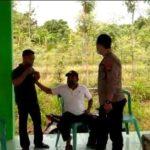 Warga pemudik dan polisi terlibat adu mulut, di Balai Desa Labuhan Kidul, Kecamatan Sluke, belum lama ini.