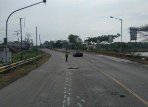 Korban meninggal dunia akibat kecelakaan lalu lintas di sebelah timur SPBU Kiringan. Polisi menggelar olah TKP, Sabtu sore.