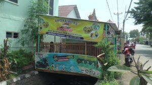 Warung di Desa Kebonsawahan, Kecamatan Juwana yang viral. Tampak pemilik warung melakukan bersih-bersih.