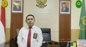Ketua Pengadilan Negeri Rembang, Anteng Supriyo. (Foto atas) Pengunjung menyaksikan jalannya sidang di Pengadilan Negeri Rembang, baru-baru ini.