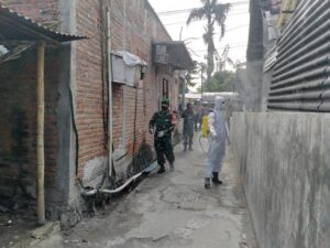 Penyemprotan disinfektan sampai ke gang-gang sempit di kawasan dalam kota Rembang.