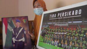 Jukasri, warga Desa Babadan Kecamatan Kaliori, menunjukkan foto anaknya, Didik Wahyu Wijayance.